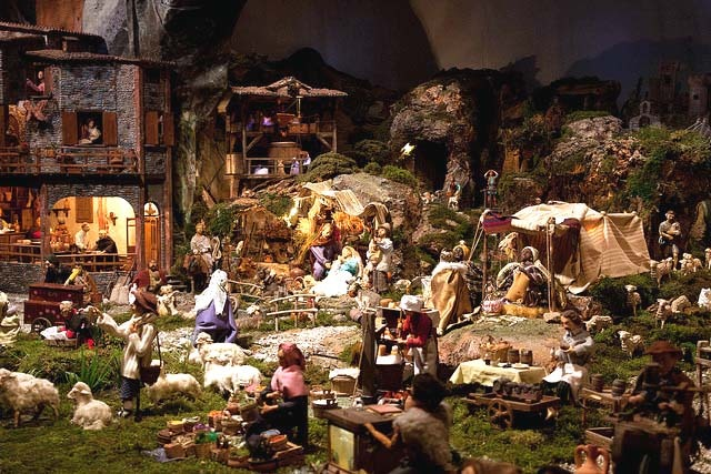 Detailed presepe with many characters.